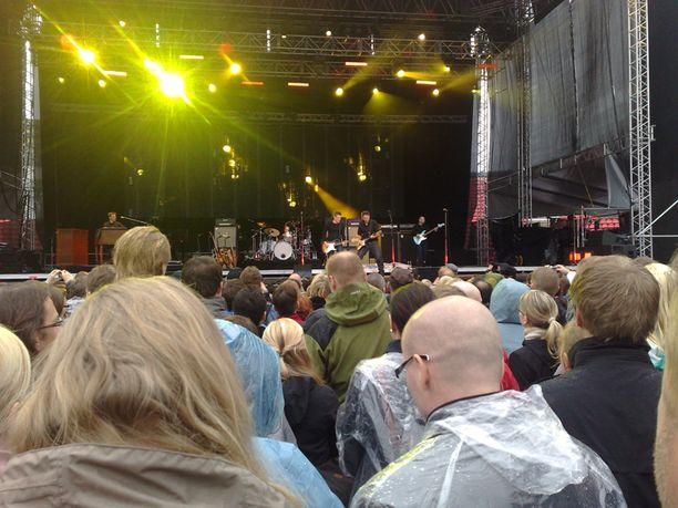 Bryan Adams konsertoi Tampereella Ratinan Stadionilla. Kuvassa Adamsin lisäksi Keith Scott.