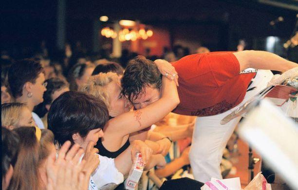 Jarin suosio on jatkunut katkeamattomana jo 20 vuoden ajan. Näin kiihkeästi fanit halasivat idoliaan vuonna 1998 Mäntsälän lavalla.