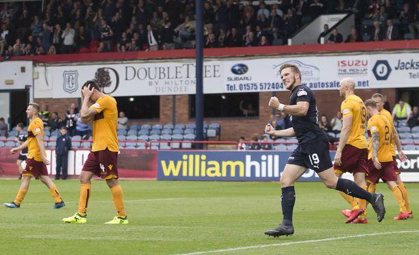 Benjamin Källman juhlii ensimmäistä maaliaan Dundeessa.