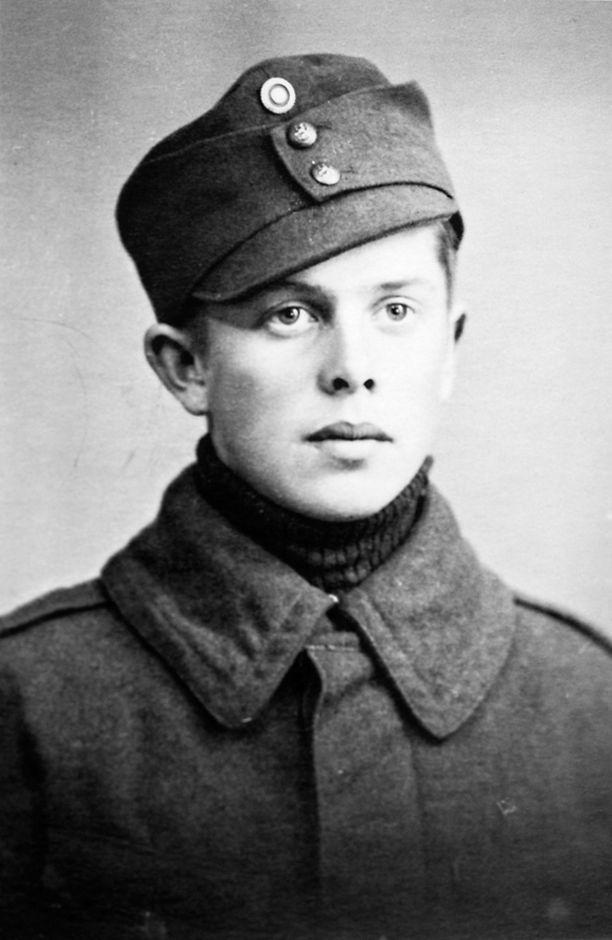 Nuori jääkäri Sakari Sippola. Hän näki suomalaisen Viipurin viime hetket ja koki Talin, Ihantalan ja Vuosalmen taistelut.