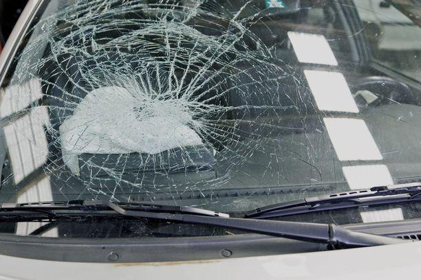 Törmäysautot romuttuivat pahoin. Kuvituskuva.