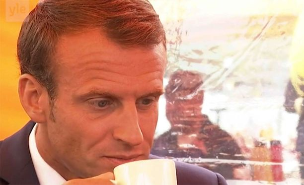 Ranskan presidentti Emmanuel Macron nautti Helsingin kauppatorilla kupillisen Juhla Mokkaa.