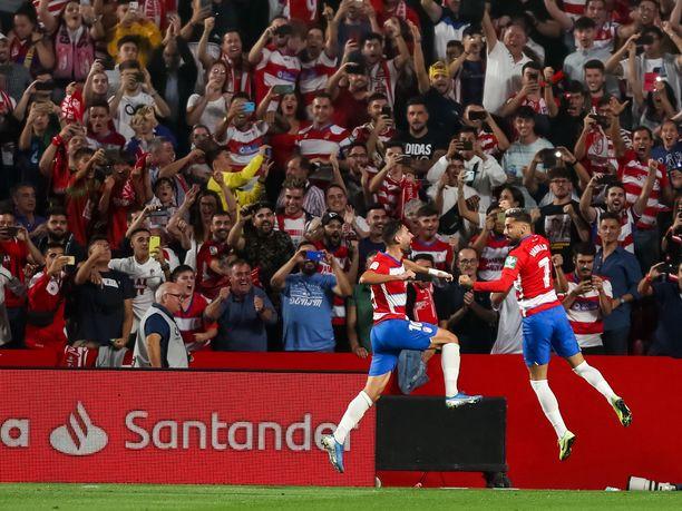 Antonio Puertas (vasemmalla) ja Alvaro Vadillo juhlivat Vadillon rangaistuspotkusta tekemää 2–0-maalia FC Barcelonan verkkoon.