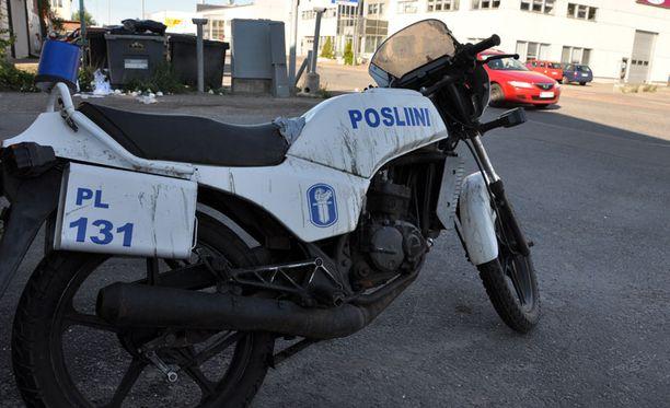 """VIRITYS Sahaajankadun katsastusasemaa vastapäätä pysäköity """"posliini-poliisi"""" hätkähdyttää ohi ajavia."""