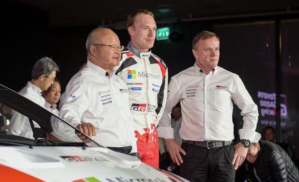 Tommi Mäkisen tärkeät tukipilarit ovat tallin apulaispäällikkö Koei Saga ja ykköskuski Jari-Matti Latvala.