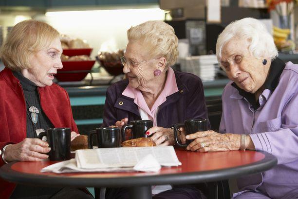 Ystävyyssuhteet aktivoivat muistin toimintaa ja edistävät aivojen terveyttä auttamalla hallitsemaan stressiä ja ehkäisemällä masentuneisuutta.