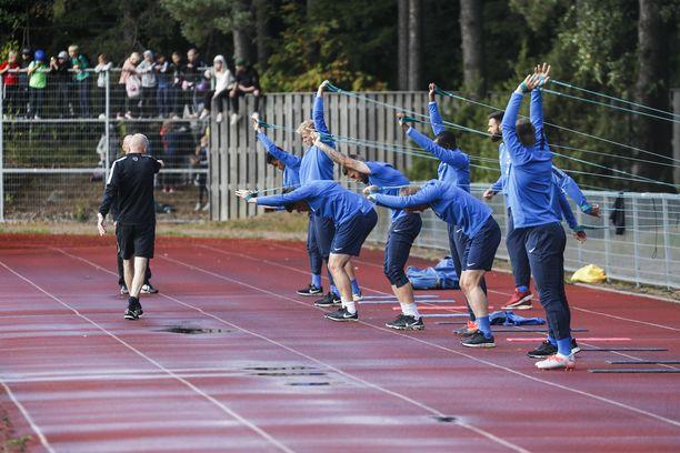 Valmentaja Jari-Pekka Keurulainen veti palautusharjoituksen Kreikkaa vastaan uurastaneille pelaajille.