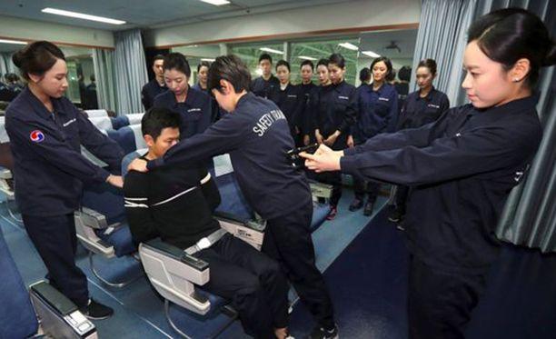 Koulutuksessa harjoitellaan myös matkustajien sitomista.