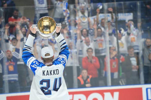 Kaapo Kakko juhlii maailmanmestaruutta.