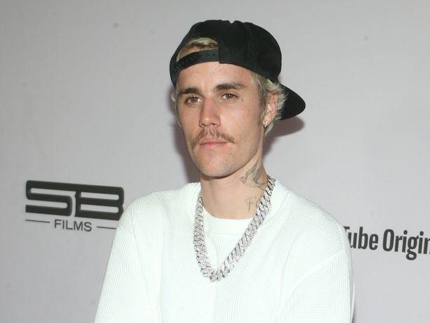 Justin Bieber poseeraa Instagramissa suomalaisissa aurinkolaseissa.