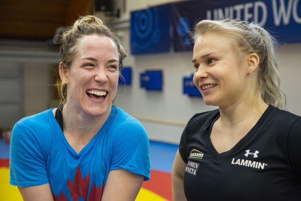 Petra Olli (oik.) ja Danielle Lappage ehtivät tällä viikolla ottaa mittaa toisistaan Kuortaneen painileirillä.