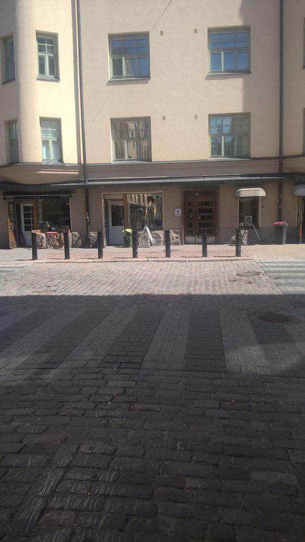 Raaka pahoinpitely tapahtui Yrjönkadun ja Eerikinkadun risteyksen kohdalla Helsingin Kampissa.