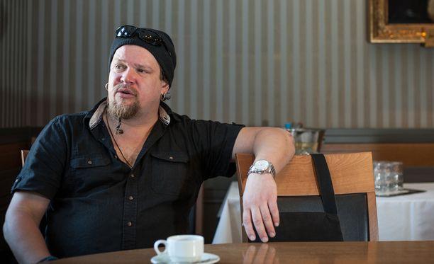 Ville Haapasalo kertoo uutuuskirjassaan rajuista kokemuksista.