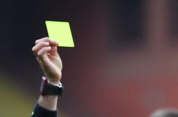 Justin Arboleda sai vain keltaisen kortin hurjasta taklauksestaan.