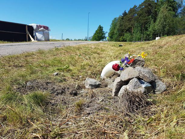 Onnettomuuspaikalla, johon sveitsiläiskuljettaja pysähtyi, on kukkia. Paikalla oli vielä lauantaina noin seitsemän metriä korkea valaisin kevyen liikenteen väylän varrella.