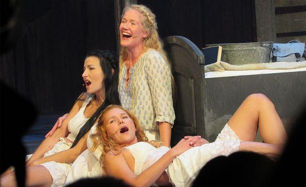 Maria Lund, vas., näyttelee Hodelin roolia Viulunsoittaja katolla -musikaalissa.
