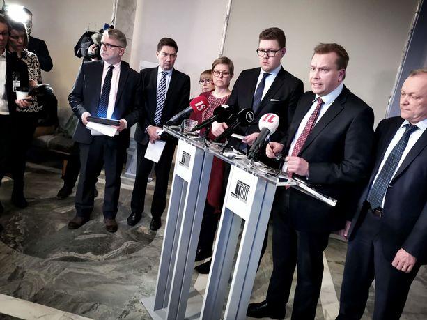 Eduskuntapuolueiden yhteisen kannanoton esitteli keskustan ryhmäjohtaja Antti Kaikkonen.