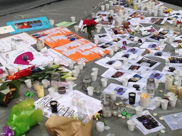 Ihmiset ovat tuoneet kynttilöitä ja osanottoviestejä Bali Nine -teloitettujen muistolle Martin Placelle Sydneyssa.