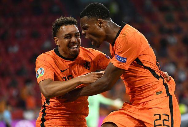 Donyell Malen (vasemmalla) ja Denzel Dumfries (oikealla) tuulettamassa Hollannin maalia EM-kisoissa.