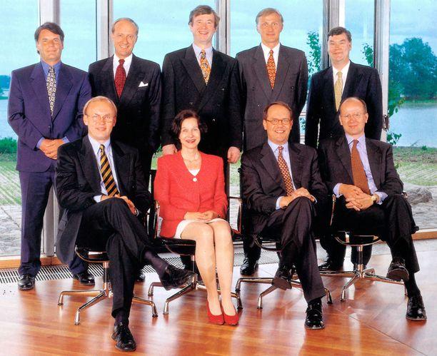 DREAM TEAM Nokian johtokunta vuosimallia 1998. Istumassa vasemmalta: Matti Alahuhta, Sari Baldauf, Jorma Ollila ja Pekka Ala-Pietilä. Seisomassa vasemmalta: Olli-Pekka Kallasvuo, Veli Sundbäck, Yrjö Neuvo, Anssi Vanjoki ja Mikko Heikkonen.