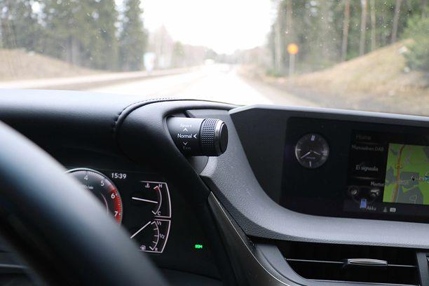 Sarvet mittariston kulmissa ovat Lexuksen tavaramerkkejä. Tästä säädellään ajoasetuksia.