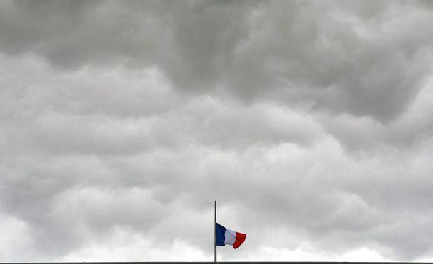 Kuorma-auto ajoi päin ilotulitusta katsomassa ollutta väkijoukkoa Promenade des Anglaisin puistokatua pitkin. Yli 100 loukkaantui, ainakin 84 kuoli.
