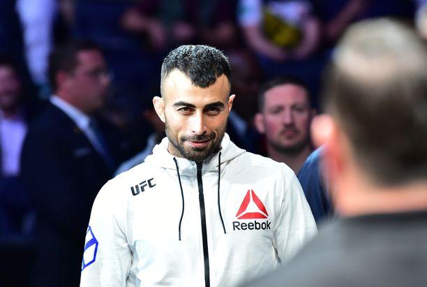 Makwan Amirkhani saapui otteluun itsevarmana. Hän muun muassa sanoi, ettei ole kiinnostunut vastustajasta, sillä haluaa vain voittaa.