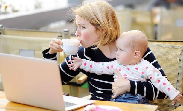 Vaativa työ ja vaativa perhe-elämä voi olla stressaava yhdistelmä.