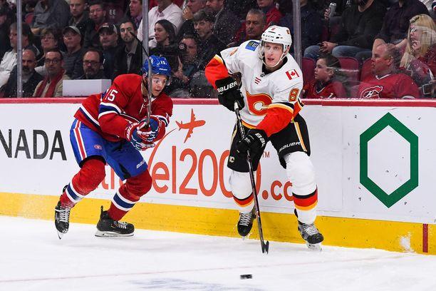 Juuso Välimäki luutii Calgary Flamesin takalinjoilla. Kuvassa toinen suomalaistulokas, Montreal Canadiensin Jesperi Kotkaniemi, lyö painetta.