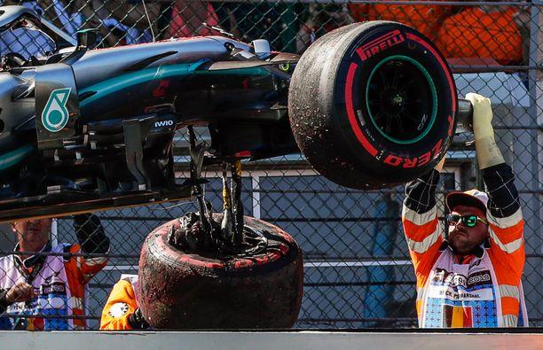 Lewis Hamiltonin auto koki pahoja vaurioita ulosajossa.