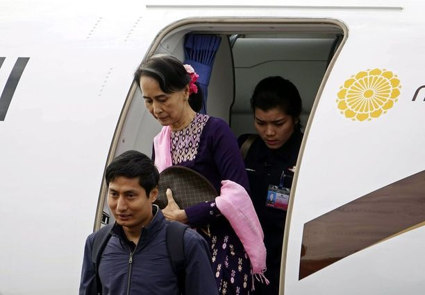 Aung San Suu Kyi astui ulos lentokoneesta Sittwen lentokentällä Rakhinessa torstaina.