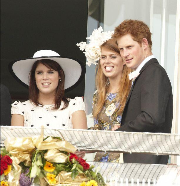 Prinsessat Eugenie ja Beatrice ovat aina viihtyneet hyvin prinssi Williamin ja prinssi Harryn seurassa.