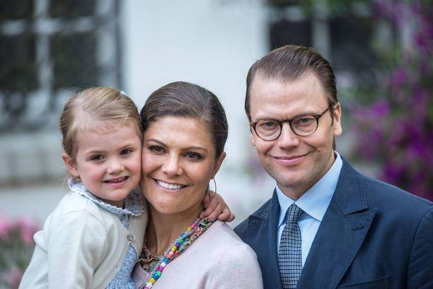 Erityistä tämän vuoden juhlallisuuksissa on, että Victoria juhlii nyt ensimmäistä kertaa kahden lapsen äitinä. Tässä onnellinen perhe viime vuonna. Todennäköisesti Victoria odotti jo Oscar-vauvaa, sillä hovi tiedotti raskausuutisesta syyskuun alussa.
