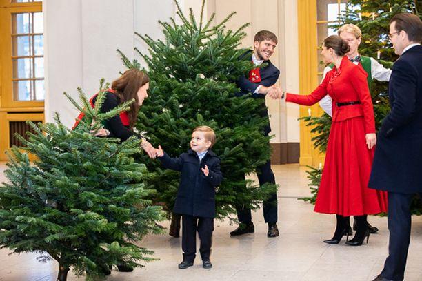 Oscar oli kuusien keskellä tohkeissaan. Taustalla punaisessa mekossa kruununprinsessa Victoria prinssi Danielin vieressä.