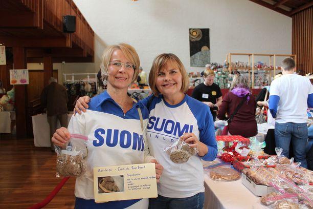 Riitta Altham ja Teija Petrone urakoivat yhdessä 608 pientä ruisleipää Kipinäkerhon leivonnaispöytään.