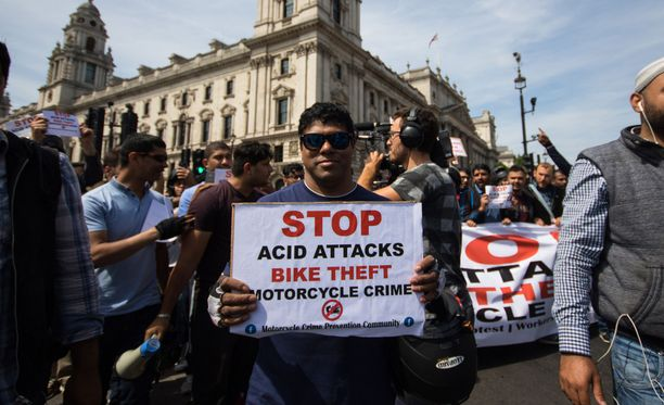 Mopo-ja moottoripyöräkuskit osoittivat mieltään happoiskuja vastaan tapauksen jälkeen heinäkuussa Lontoossa.