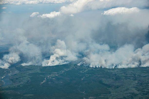 Viranomaisten mukaan palo on ahmaissut alleen jo 200 000 hehtaaria maastoa.