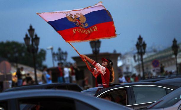 Venäläiset jalkapallofanit juhlivat voittoa Moskovan keskustassa sunnuntaina.