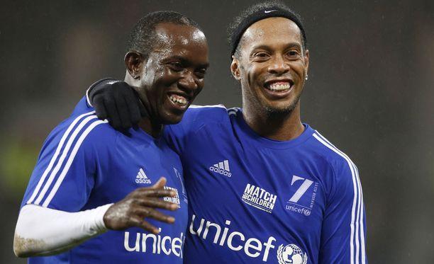 Dwight Yorke (vasemmalla) kiertää aktiivisesti pelaamassa legendaotteluita. Kuvassa myös brasilialainen Ronaldinho.