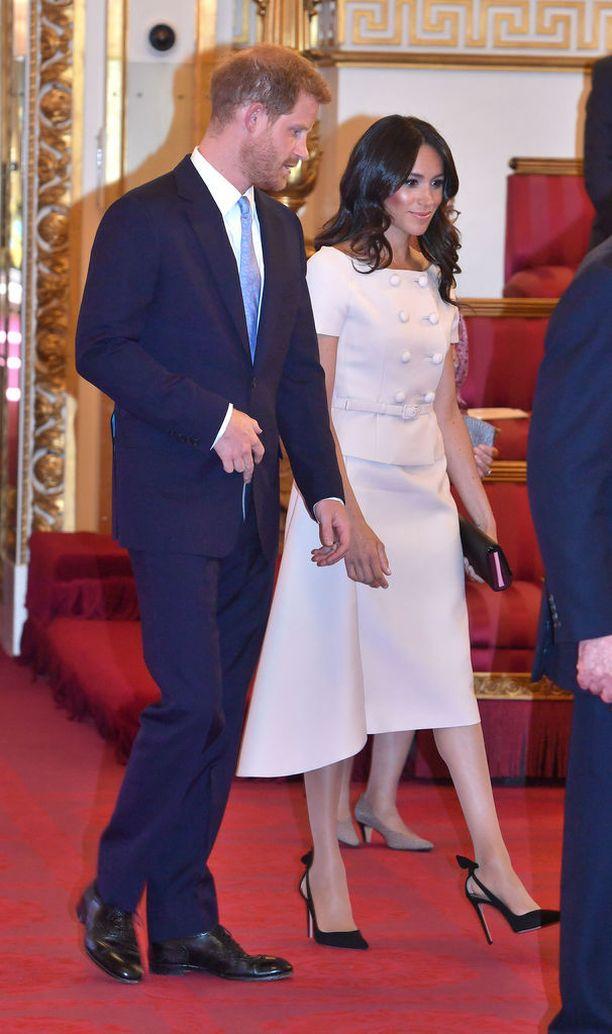 Herttuatar Meghanin kengät ovat Aquazzura-merkin Deneuve-korkokengät.
