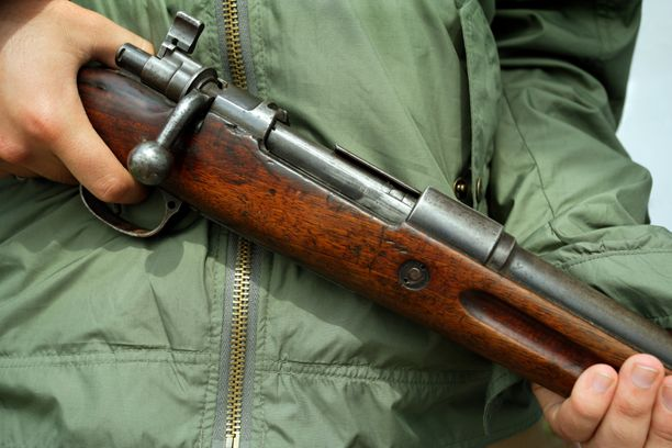 Miehen ase laukesi vahingossa, kun hän oli lähdössä metsästämään. Kuvituskuva.