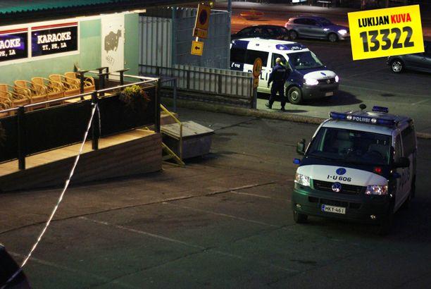 Poliisi eristi tapahtuma-alueen Hakunilan ostoskeskuksessa sunnuntaina.
