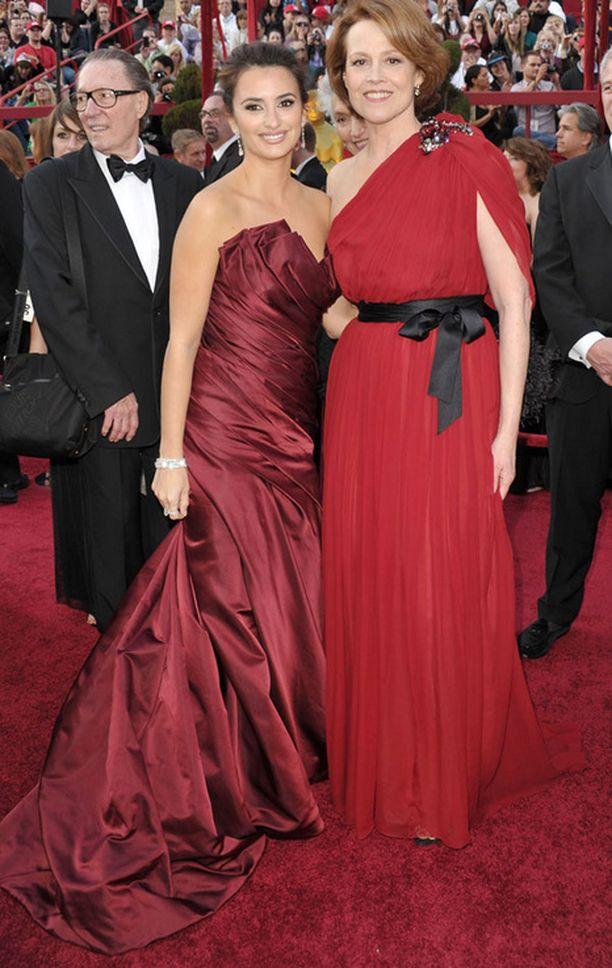 Punainen iltapuku on riskialtis valinta punaiselle matolle. Niin kaunis kuin Penelope Cruzin leninki onkaan, on se ehkä hieman liian lähellä maton väriä. Sigourney Weaver vieressä näyttää, että kirkkaampi punaisen sävy estää mattoon sulautumisen.