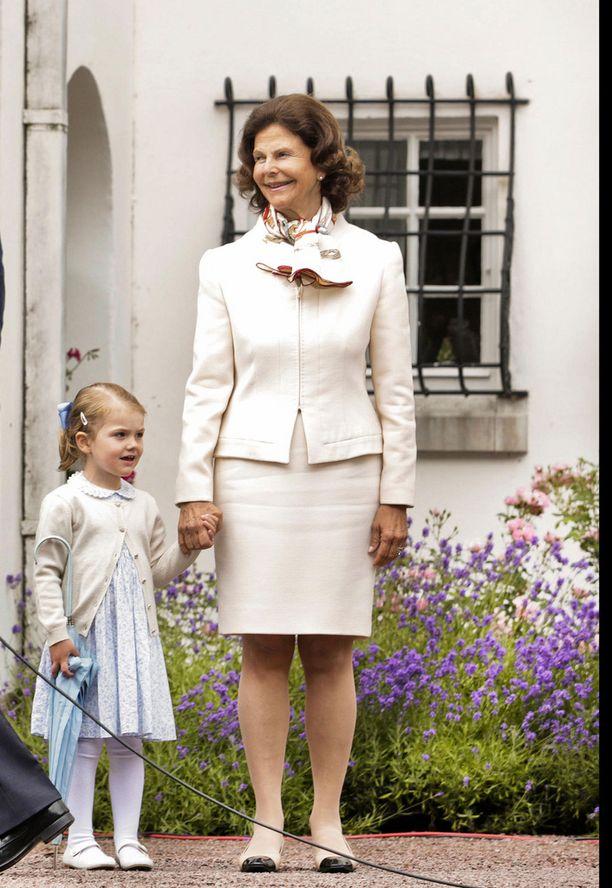 Silvia on viiden lapsen isoäiti. Kesällä 2015 prinsessa Estellen kanssa.