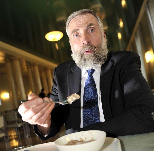 PUUROA Kansanedustaja Juha Mieto kannustaa vaihtamaan viikon ateriat vaatimattomimpiin ruokiin ja lahjoittamaan säästyneet rahat Nälkäpäiväkeräykseen.
