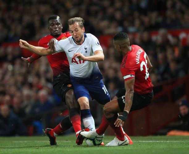 Harry Kane teki Tottenhamille arvokkaan osuman Old Traffordilla. Paul Pogba (vas.) ei tunnu saavuttavan MM-kisojen loistoa Unitedin paidassa.