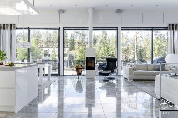 Suurista lasi-ikkunoista tulvii valoa ja aukeaa näyttävä maisema. Kapaset ostivat kohteen alun perin heinäkuussa 2019.