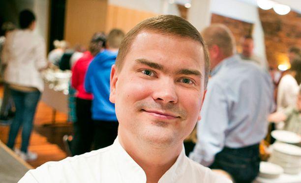 Ravintolan omistaja ja keittiömestari Iiro Toivanen on iloinen saadessaan auttaa lapsiperheitä.
