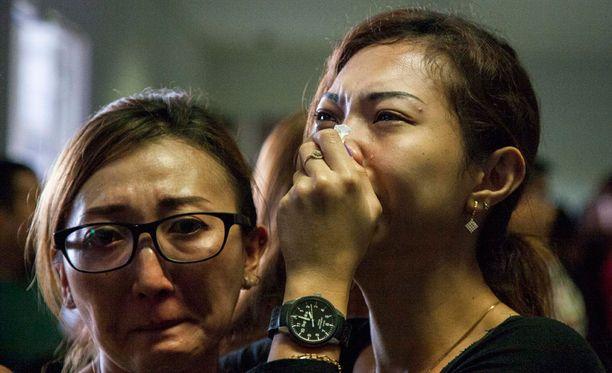 Lennolla olleiden omaiset saivat kuulla Surabayan lentokentällä järkyttäviä uutisia.