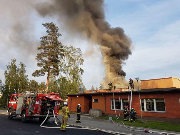 Pelastuslaitos sai yöllä palon hallintaan. Koulu pahimmillaan täyden palamisen tilassa.